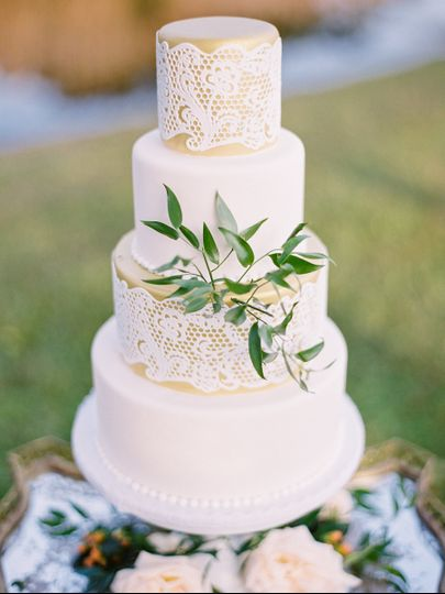 Simple wedding cake with leaf design