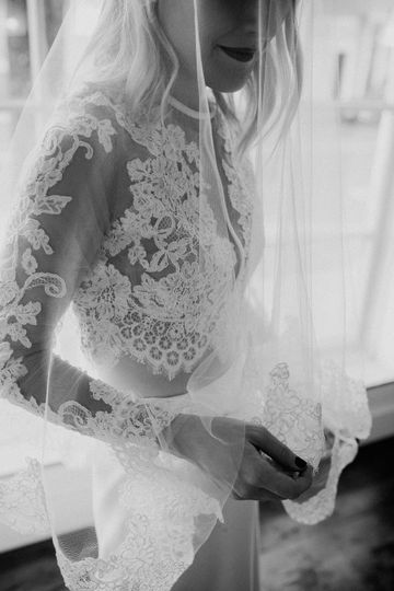 Finger tip veil with lace