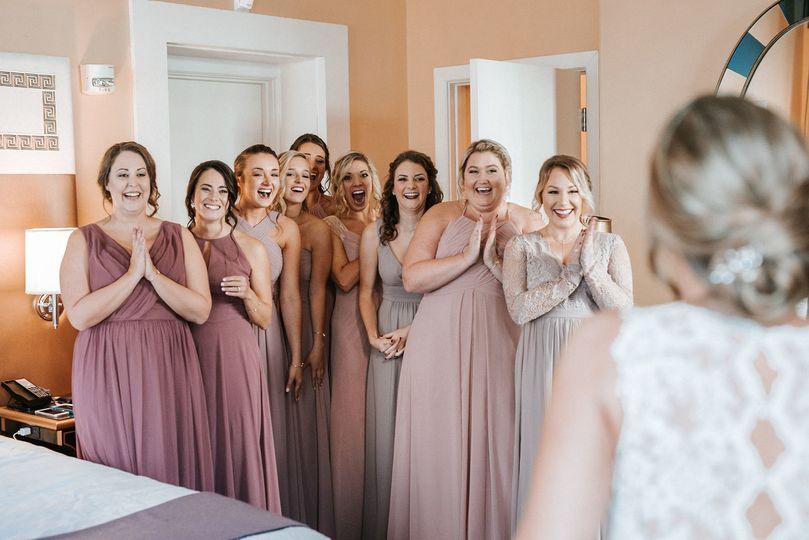 bridedoingafirstlookwithbridesmaids 51 908475 v1
