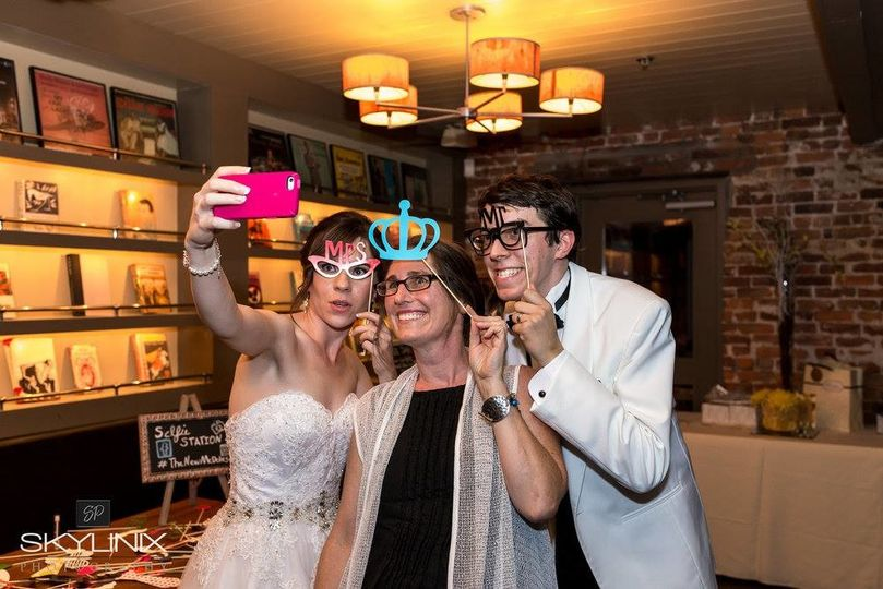 Selfie station fun with Sara + Kevin / photo Skylinix Photography