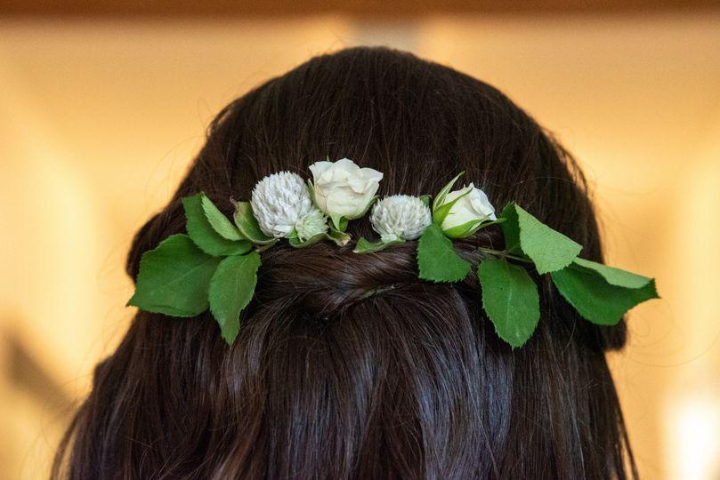 Fresh-flower hair accessories