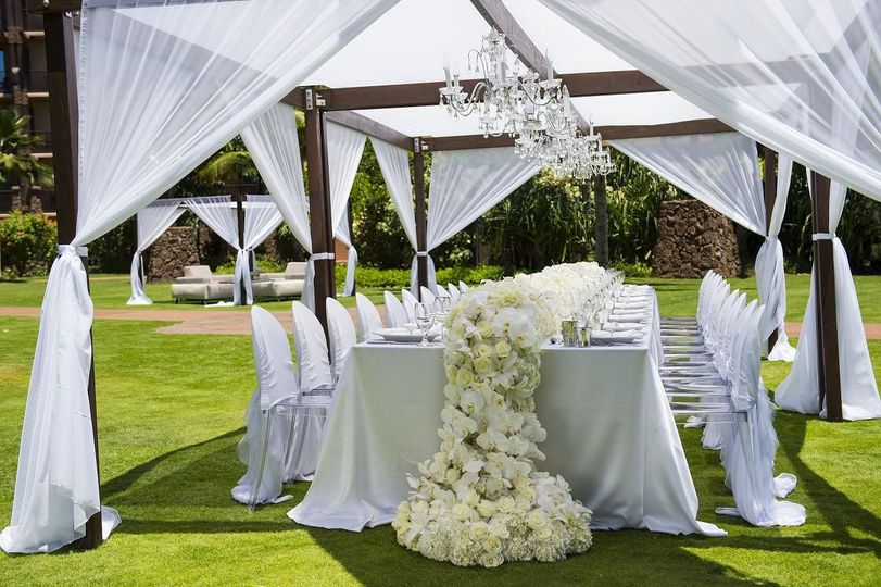Outdoor reception on the halawai lawn