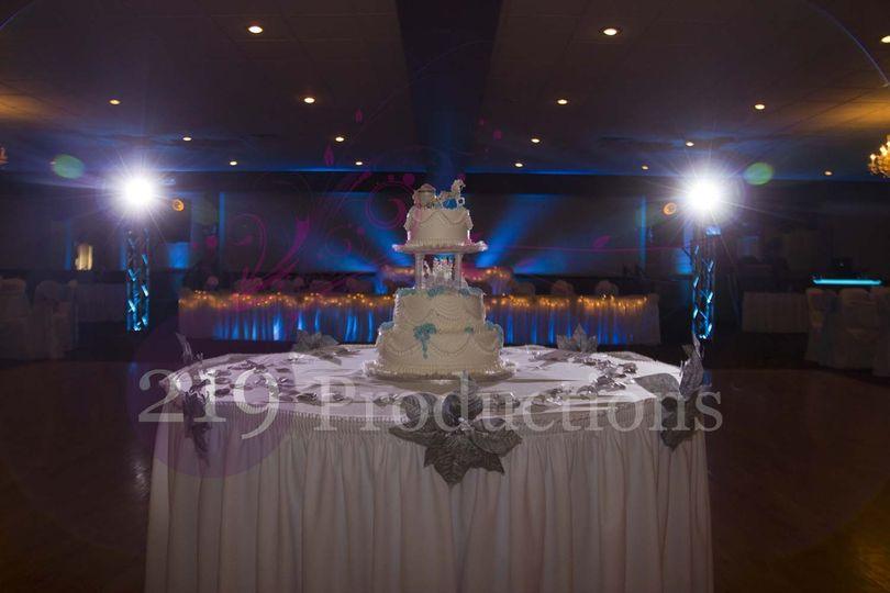 chateau banquets wedding cake uplighting