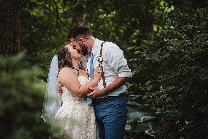 Kiss among the trees