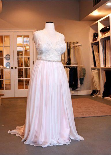 Sheath dress with flowy fabric