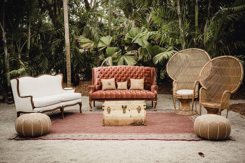 Mi Vintage - Farm Tables & Lounge Rentals