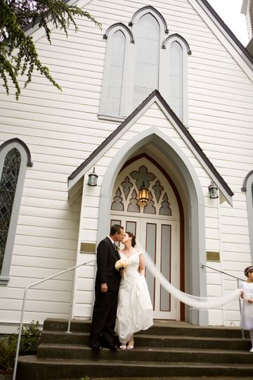 Kiss in outside the church