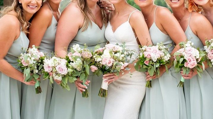 Bridal party with matching bouquets