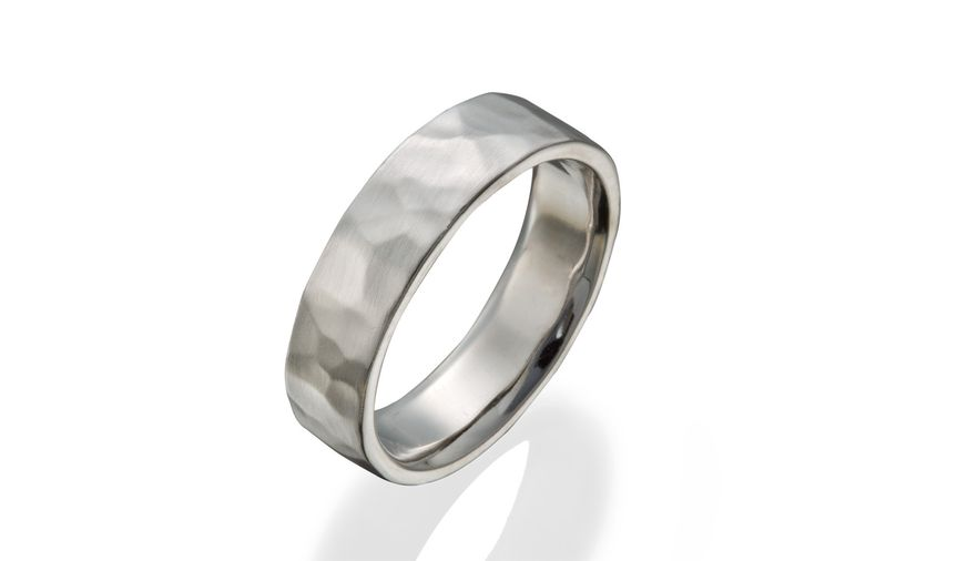 Classic/modern gent's hammered wedding band.
