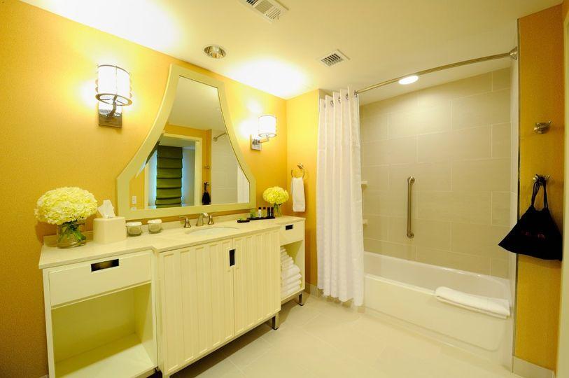 Queen corner suite bath area
