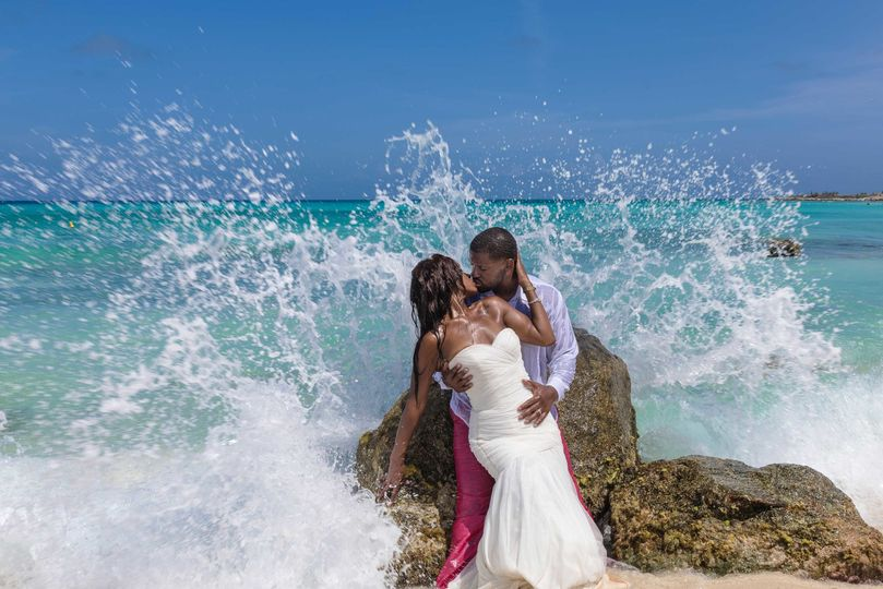 28d2a5d105b58656 Leslie water splash wedding portrait
