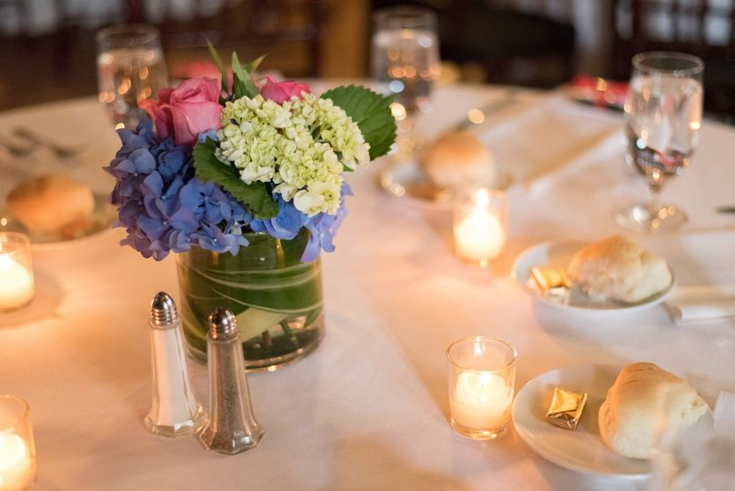 Warm and light table setting