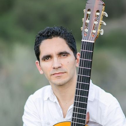 tavi jinariu classical guitarist