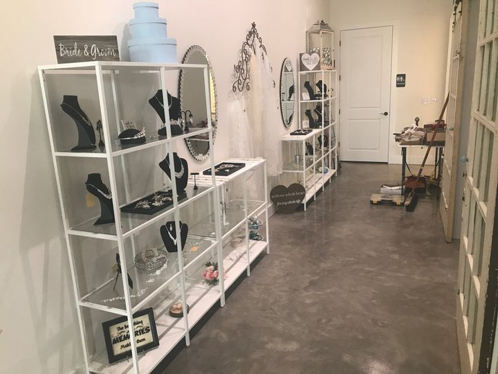 Accessory wall with mirror