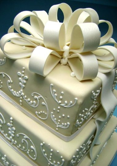 Some brides do not like flowers, a big bow looks great in a square cake