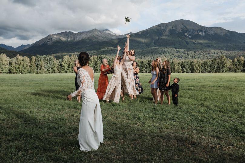 Bouquet toss - Rachel Struve Photography