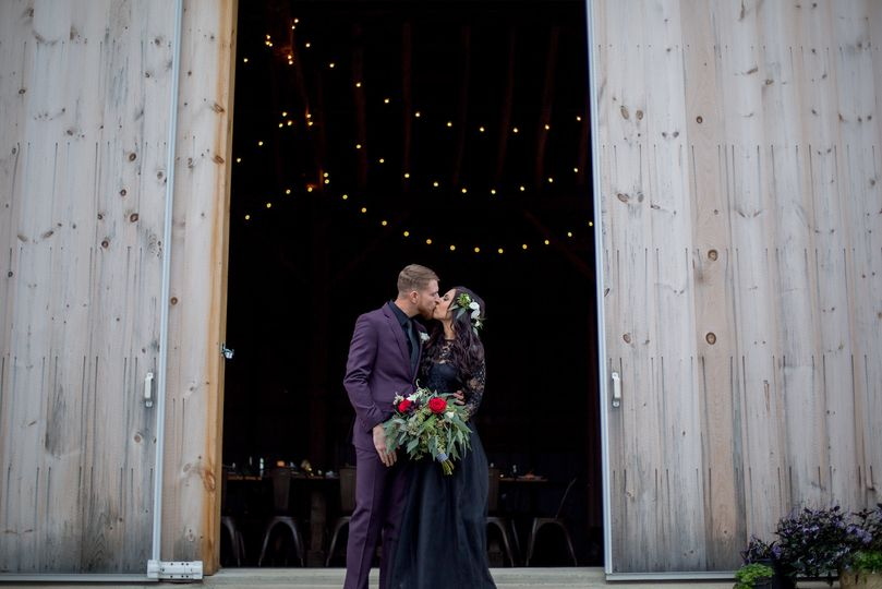 Kiss by the entrance | B.O.B Photography
