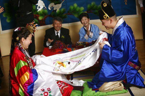 Traditional Korean wedding ritual of pae bek. Photo by Jennifer Domenick/Love Life Images