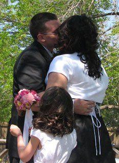 Nelwyweds kissing