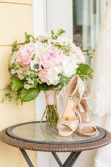 Bridal bouquet and shoes | Kaitlin Noel Photography