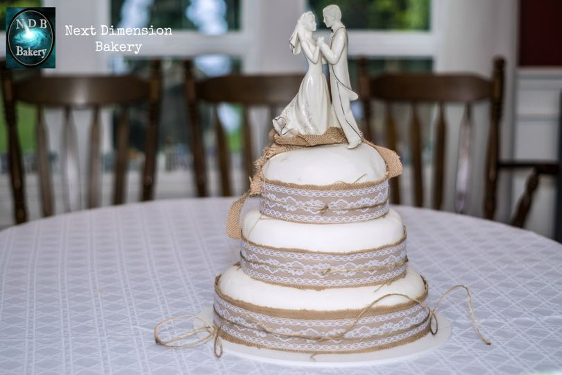 800x800 1471410104382 whiteweddingburlapcake4nextdimensionbakery