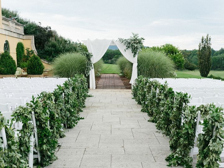 A greeny white ceremony setup