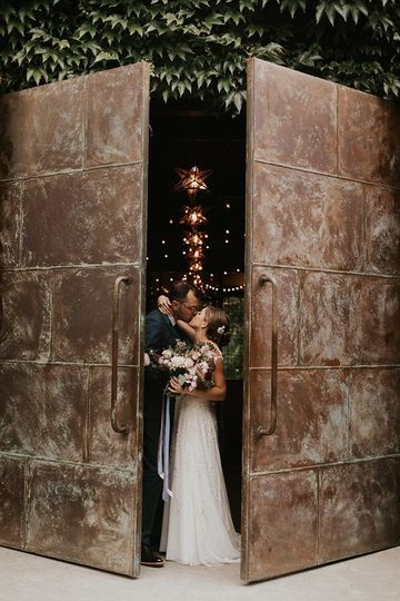 Newlyweds kissing | Sarah Anne Photography