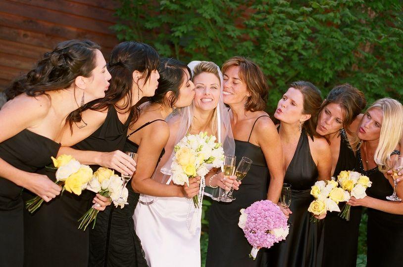bridal party kisses b 51 663616