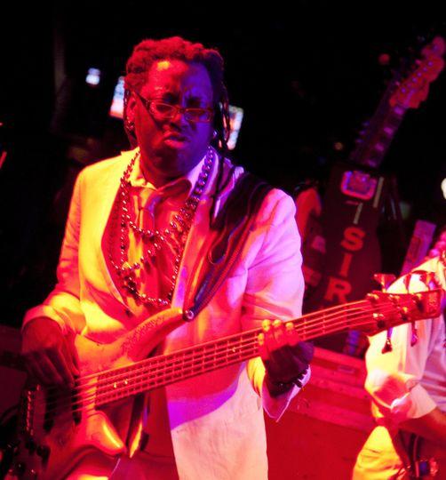 Lavondo, Bass
