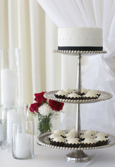 60d420d457746b69 Wedding Cake with Bombs