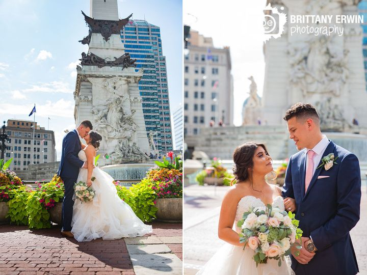 9bf96e728a3d43b8 Indianapolis monument circle wedding photographer couple kiss