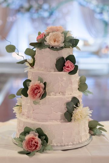 """""""Rough"""" iced cake with florals"""