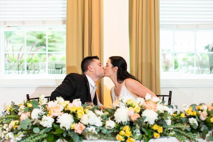 Kisses at the sweetheart table