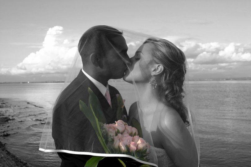 leahneal bw kiss