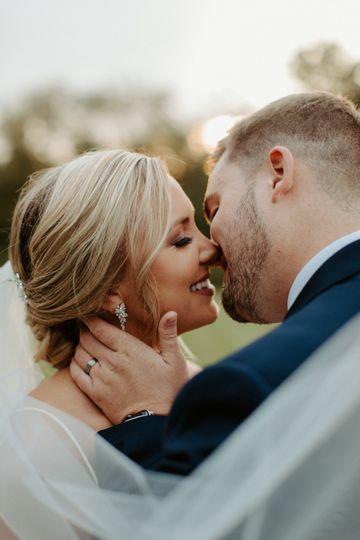 Couple kissing - Hannah Lee Photography