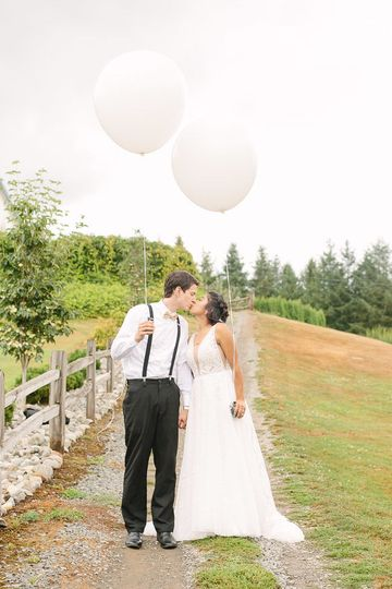 The newlyweds holding balloons