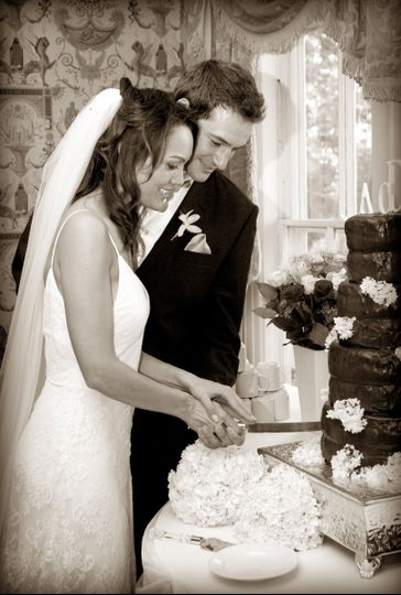Couple's cake slicing
