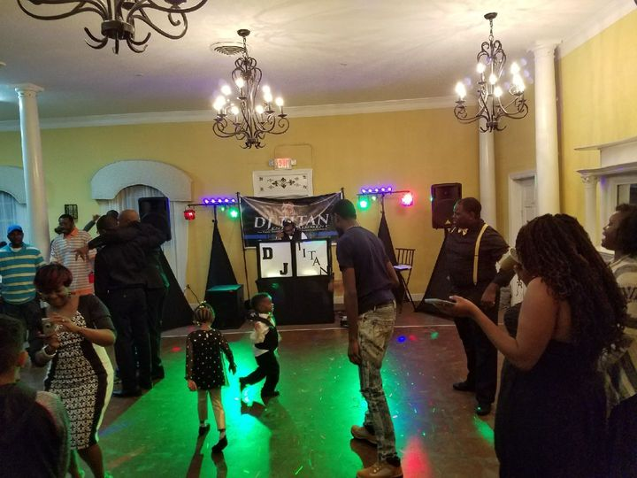 Dancing corwd