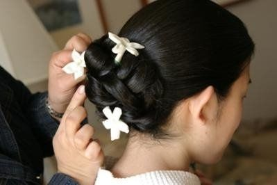 Putting on hair accessory