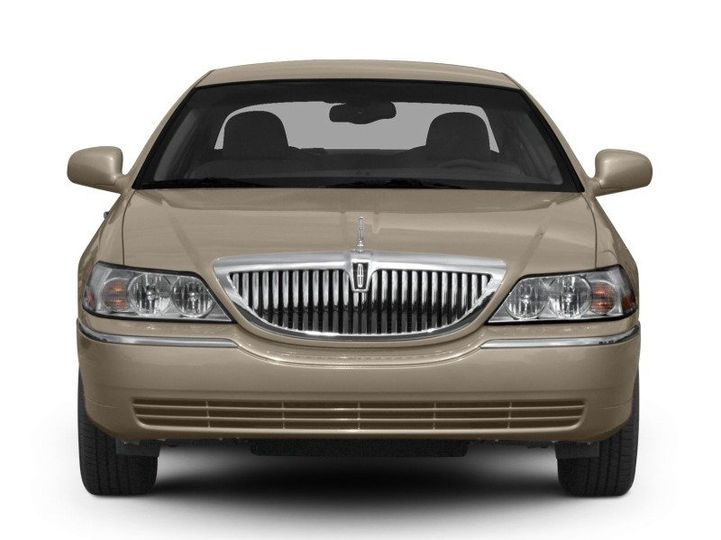 2011LincolnTownCarFrontView