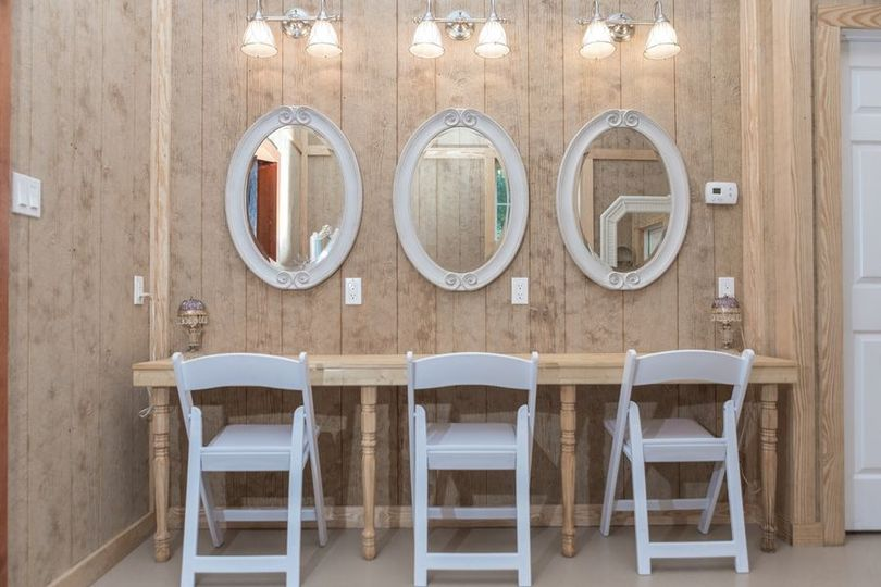 Individual mirrors for the bridesmaids