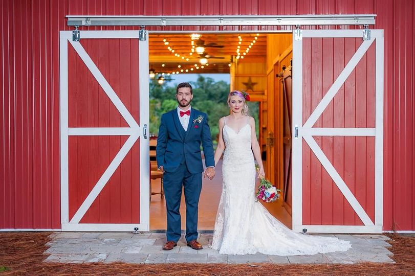 Beautiful pic with the barn doors in the background | Photo credit to Gonzalez Lugo Photography