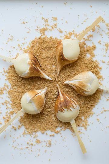 Lemon meringue pie pop