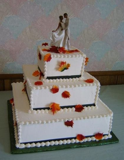Great for a fall wedding, this squre cake has leaves trailing down the sides of the cake.
