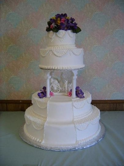 A pretty style with cornelli into the swags and a fondant runner going down the front to complete...