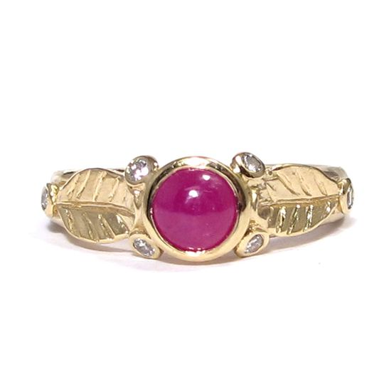 This organic leafy ring features a cabochon ruby and 6 white diamonds on the sides.