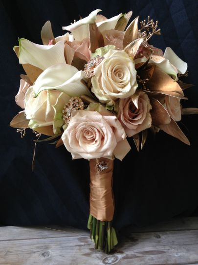 Antique roses with cream calla lilies for a gastby wedding feel