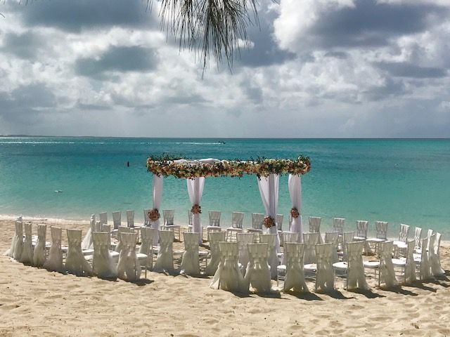 Love my brides use of a circular ceremony setup to include all her guest in the ceremony