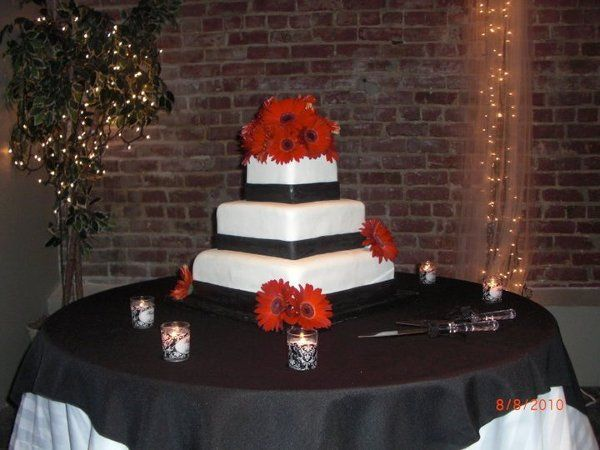 weddingcakeblackwhitered