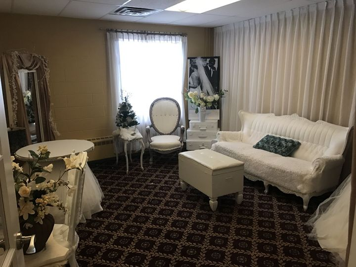 When you get married on site, we offer you the beautiful bridal suite.